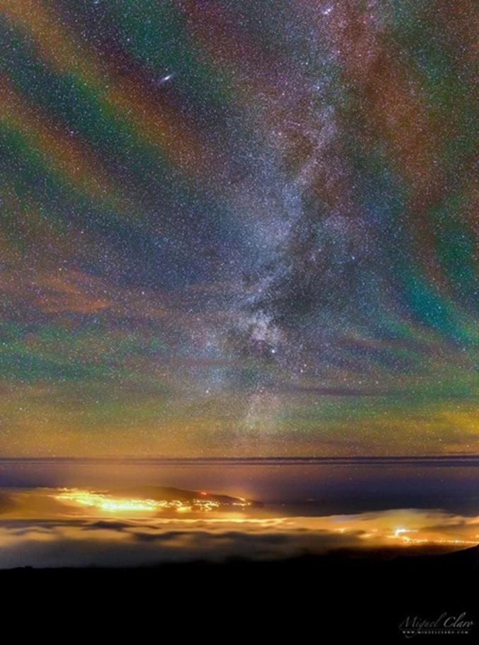 Cette image a été capturée en 2016 au dessus des Îles des Açores au Portugal. Selon les météorologues, l'approche d'une perturbation atmosphérique peut générer d'importantes ondulations dans l'atmosphère. Ces ondulations font apparaître différentes couches de l'atmosphère avec différents types de gaz.  Ainsi le rouge profond vient des molécules OH situées à environ 87 km d'altitude et ionisées par le rayonnement ultraviolet du soleil. Pour l'orange et le vert, la luminescence est due aux atomes de sodium et d'oxygène situés légèrement plus hauts. Source https://www.facebook.com/AudelaDelaScience/?fref=ts