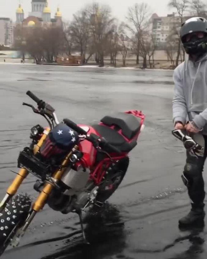 une moto peut elle rouler sur un tang gel. Black Bedroom Furniture Sets. Home Design Ideas