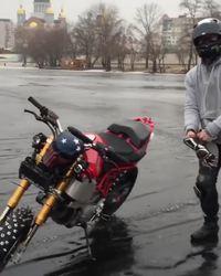 Une moto peut-elle rouler sur un étang gelé ?