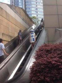 R2-D2 dans les escalators