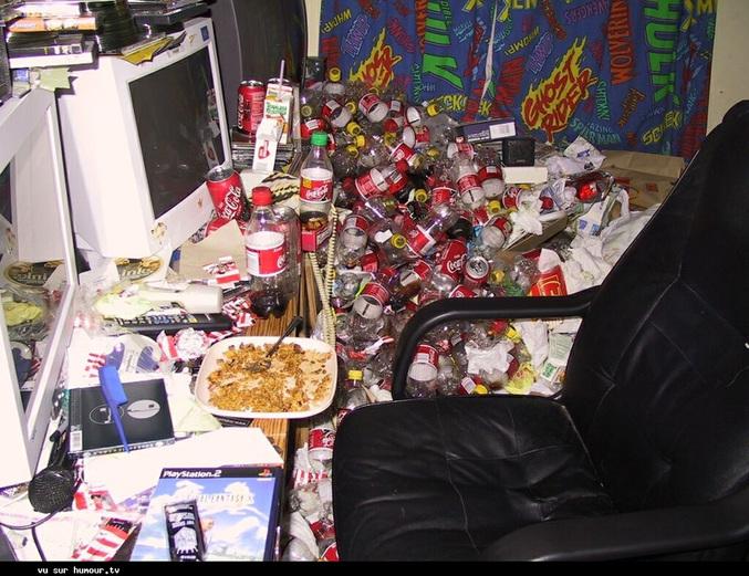Une chambre remplit de détritus.
