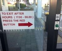 En dehors des heures de travail, utilisez le bouton rouge pour sortir