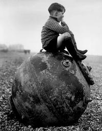 Un jeune garçon mange une glace sur une plage anglaise en 1946...