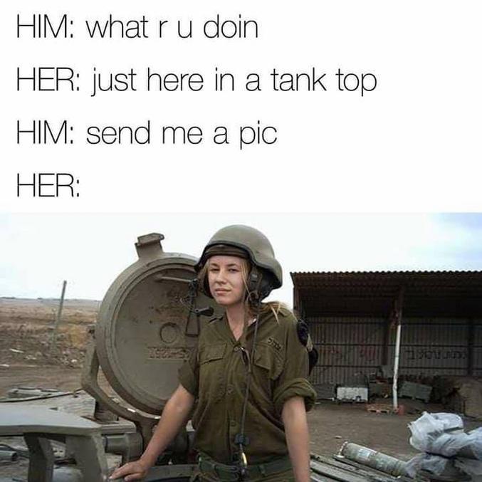"""_ Qu'est-ce que tu fais ? _ Juste là dans le haut du char (Mais l'astuce est que """"tank top"""" peut se traduire aussi en """"débardeur, marcel, T-shirt). _ Envoie-moi une photo ! (Et qui c'est qui est couillonné ?)"""