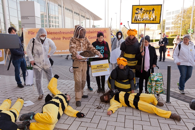 https://lareleveetlapeste.fr/ahurissant-bayer-depose-plainte-contre-restrictions-preserver-abeilles/?utm_source=actus_lilo