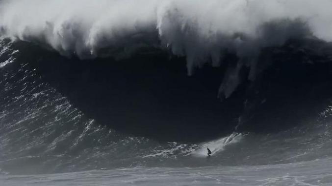 La surfeuse française Justine Dupont a dompté il y a quelques jours une vague géante, estimée à plus de 20 mètres de haut, sur le spot de Nazaré, au Portugal.  https://www.cnews.fr/sport/2020-11-05/video-lincroyable-vague-geante-domptee-par-la-surfeuse-francaise-justine-dupont?amp