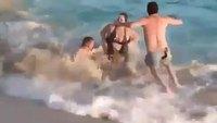 Piégée dans les vagues