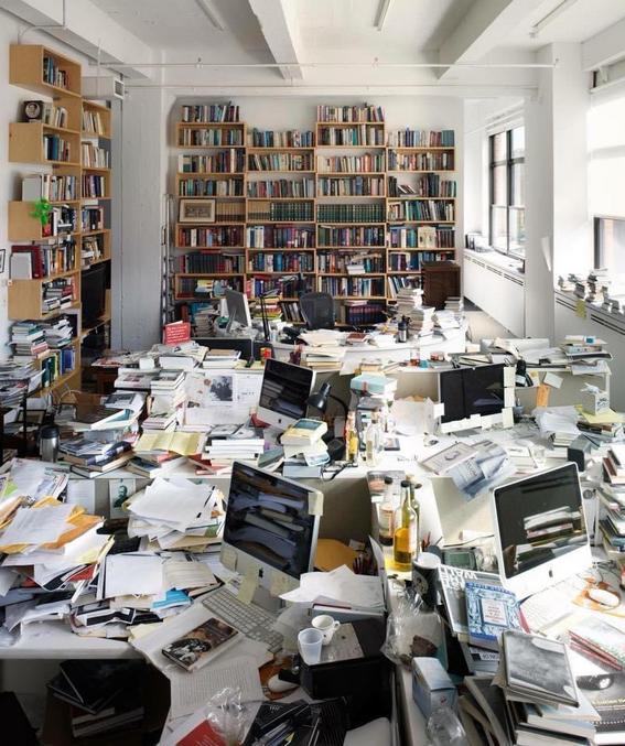 Quand on vous dira de ranger votre bureau/chambre/maison/cave ( à cause des cadavres surtout.) vous n'aurez qu'à montrer cette petite photo des bureaux du New York Review of Brooks, magazine culturel et littéraire créé en 1963.
