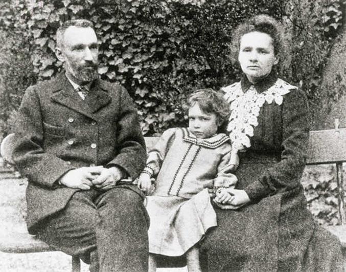 Il s'agit tout simplement de la famille Curie. les parents, Marie et Pierre, reçurent conjointement le Prix Nobel de Physique, et Marie reçut plus tard le Prix Nobel de Chimie. Elle est d'ailleurs la seule personne au monde à avoir été distinguée par des Prix Nobel dans deux disciplines scientifiques distinctes.  Leur fille, Irène Jolliot-Curie, reçut le Prix Nobel de Chimie en 1935.