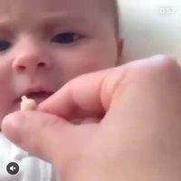 Un bébé, du pop-corn