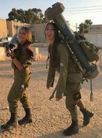 Soldates israéliennes transportant de lourdes charges