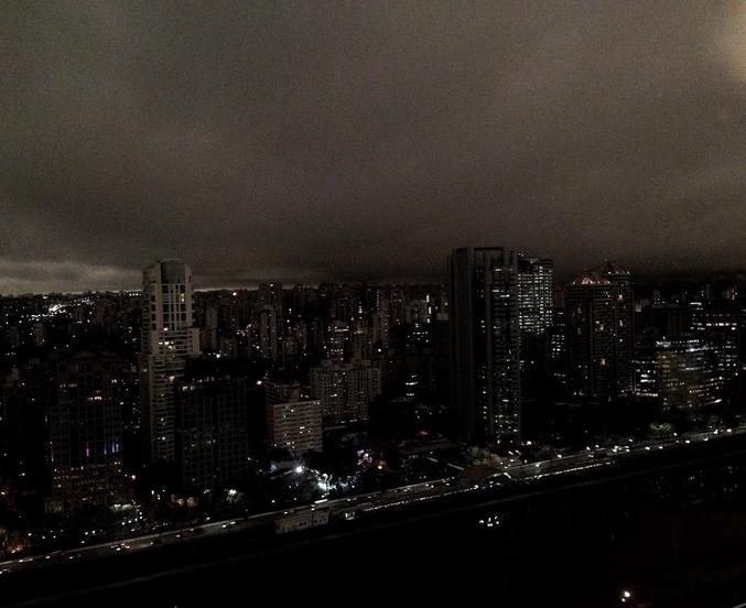 """Lundi 19 août 2019, l'Amazonie est en feu. À 3 000 km de là (soit la distance entre Paris et le Groenland), la fumée générée par ces incendies est si intense qu'à São Paulo, il fait nuit en plein jour. La photo ci-dessus a été prise vers 15h00, heure locale. Sur les réseaux sociaux, la ville est rebaptisée """"Gotham City brasileira""""."""