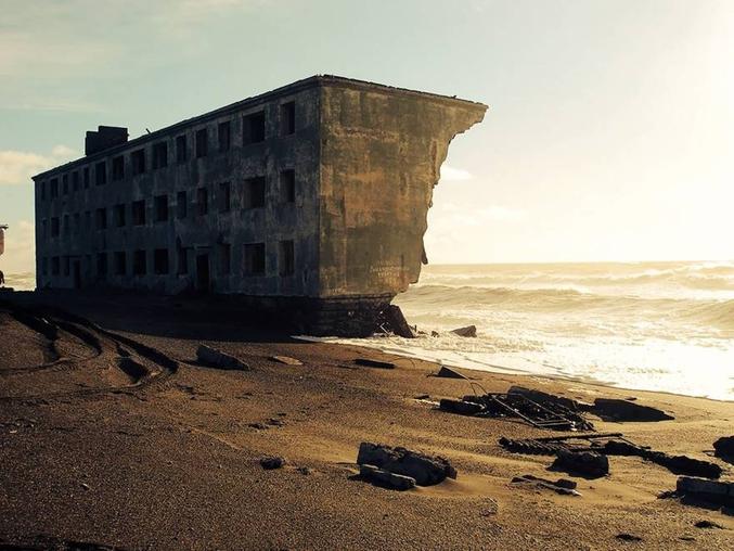 """Un bâtiment abandonné lutte contre la mer.  NdP : et comme disent les écolos en Russie, """"En Russie, la mer = pas tri""""."""