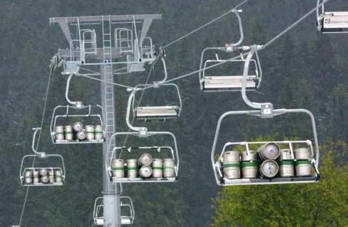 Des montagnards qui s'approvisionnent en bière