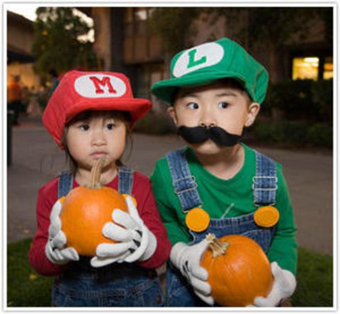 Deux enfants déguisés en Mario et Luigi.