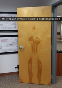 Rencontre d'une porte et d'une femme sortant de la douche