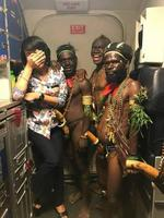 Passagers de Papouasie-Nouvelle Guinée posant avec une hôtesse de l'air