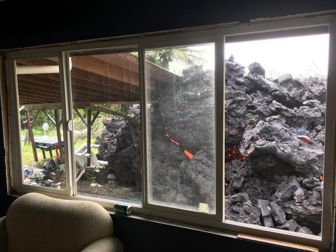 Depuis trois semaines et demies, le K?lauea (Hawaii) est dans une phase éruptive, la plus importante depuis 1924. Ces derniers jours, des éruptions fissurales crachent, à près d'un mètre cube, par seconde une lave très liquide et menaçant de plus en plus les installations humaines et, depuis trois jours, la centrale de Puna. (crédit photo de Chris Carroll)