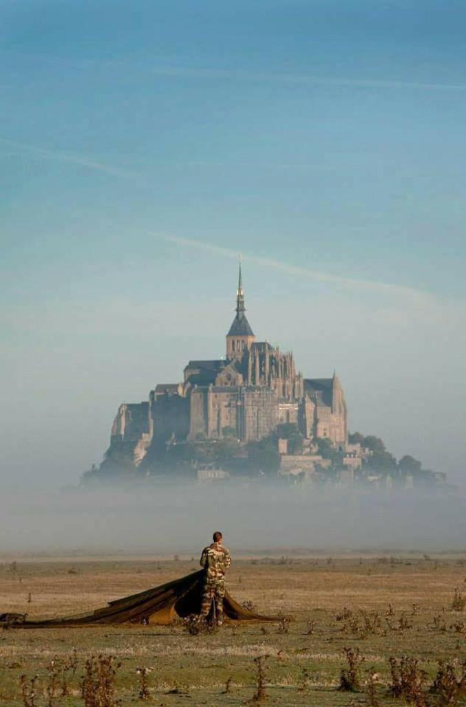 Un parachutiste français devant le Mont Saint-Michel. Date inconnue.