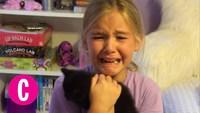 Une petite fille pleure de contentement
