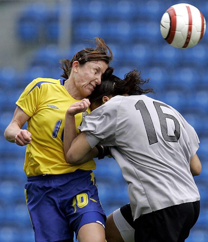 Un violent coup de tête lors d'un match de football féminin