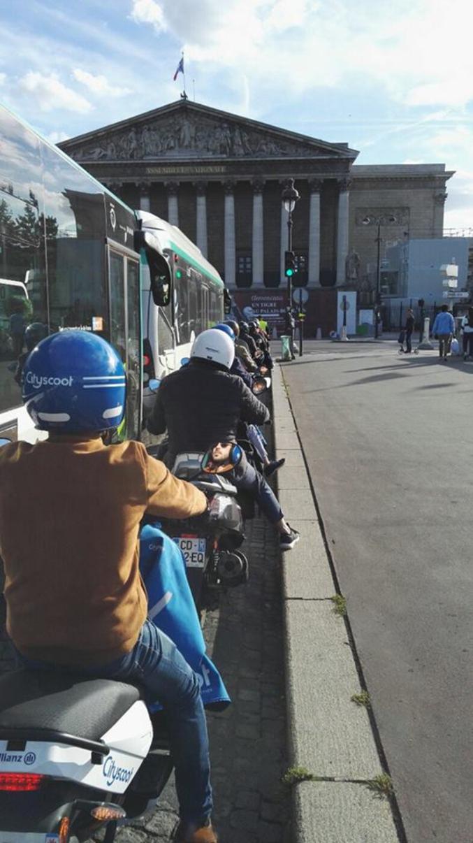 Les légendaires pistes cyclables à Paris. (via Culture Bicyclette)