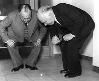 Gagnants du prix nobel 1913 jouant avec une toupie