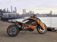 Moto électrique de chez Newron Motors, habillage bois