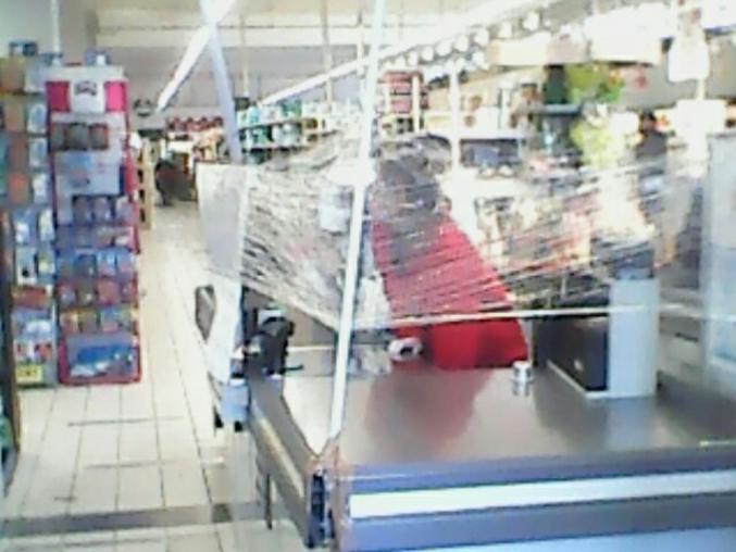 À Auchan, les caissières ont mis masque, gants et... du film alimentaire tenu par des manches à balai et du scotch.