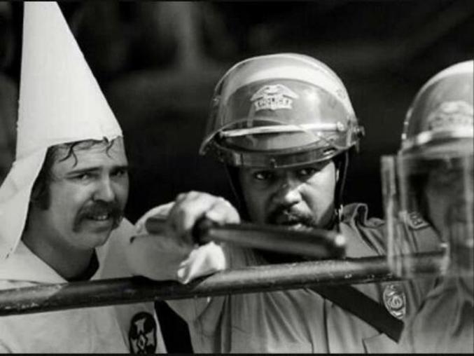 La diversité est une richesse. (Un manifestant du KKK trouve refuge auprès d'un policier afro-américain pour éviter le lynchage de la foule. Me rappelle plus l'année).