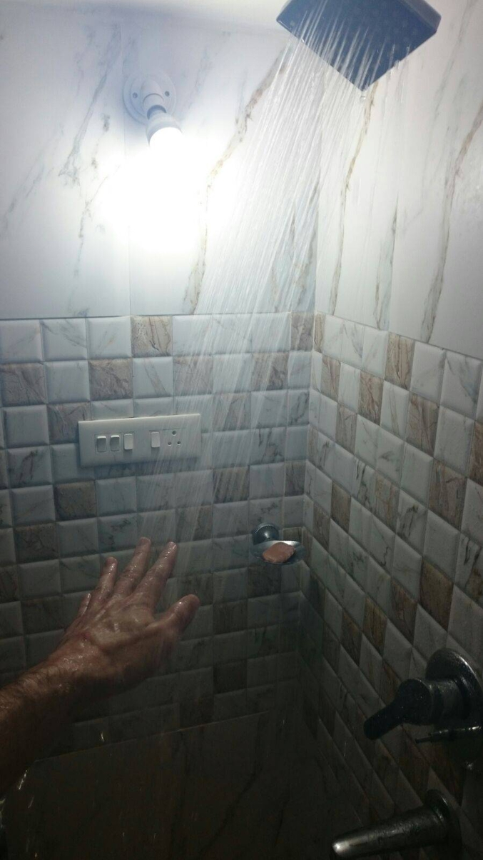 Après la baignoire Claude François, la douche.