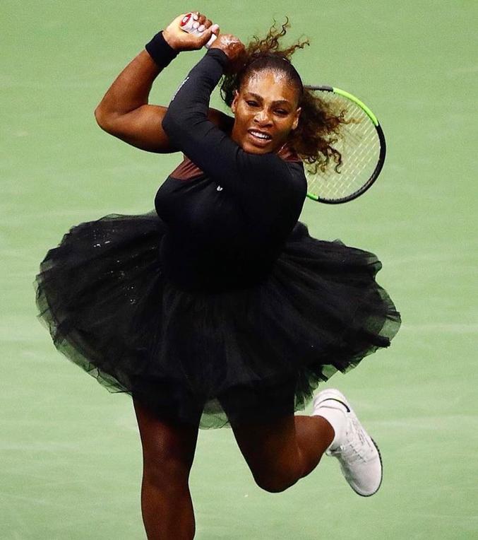 Hélas, Serena Williams ne pourra pas jouer ainsi en France. Les organisateurs de Roland Garros n'ont pas voulu.