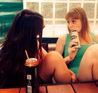 Deux filles, une table