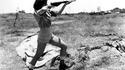1948, une femme-officier de la Haganah tire à la Sten pour la 1ère guerre avec les arabes