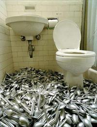 Des cuillères aux toilettes