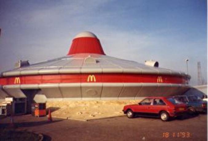 Photo de 1993 d'une soucoupe volante Mc Do à Cambridgeshire, au Royaume-Uni.