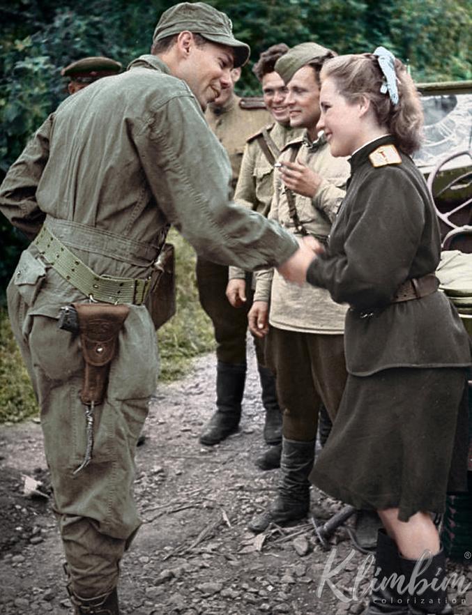 La guerre froide n'a pas encore commencé, un soldat américain (difficile de dire son grade, mais son arme individuelle atteste de son rang d'officier ou de sous-officier) sympathise avec une femme-officier russe.