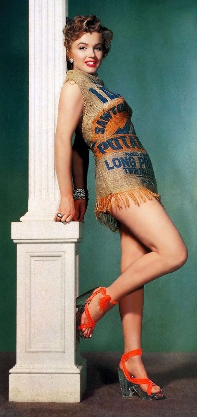 """1952. Marilyn Monroe assiste à une cérémonie dans une robe très décolletée. Un journaliste qualifie alors l'actrice de vulgaire et ajoute qu'elle aurait été plus élégante dans un sac de patates. """"Challenge accepted!"""" répond la Fox, qui réalise une série de photographies pour démontrer que sa star est la femme la plus sexy du monde."""