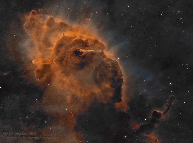 Dans le ciel austral, à quelque 7500 années-lumière de la Terre, se trouve une des plus grandes régions de formation d'étoiles de notre galaxie, la nébuleuse de la Carène. Le télescope spatial Hubble y a révélé la présence d'un pilier de poussière cosmique de deux années-lumière de long au sein duquel se trouve l'objet de Herbig-Haro HH 666. Il s'agit en fait d'une toute jeune étoile émettant de puissants jets. Les contours rayonnants du pilier sont dus aux vents et aux rayonnements intenses des jeunes étoiles massives chaudes de la Carène, dont certaines sont encore en formation dans la nébuleuse. En infrarouge, longueur d'onde qui permet de voir au travers de la poussière, on distingue bien mieux les deux jets puissants émis par l'étoile encore en enfance. Source : Photo : https://apod.nasa.gov/apod/ap171206.html Description (flemme) : http://www.cidehom.com/apod.php?_date=171206