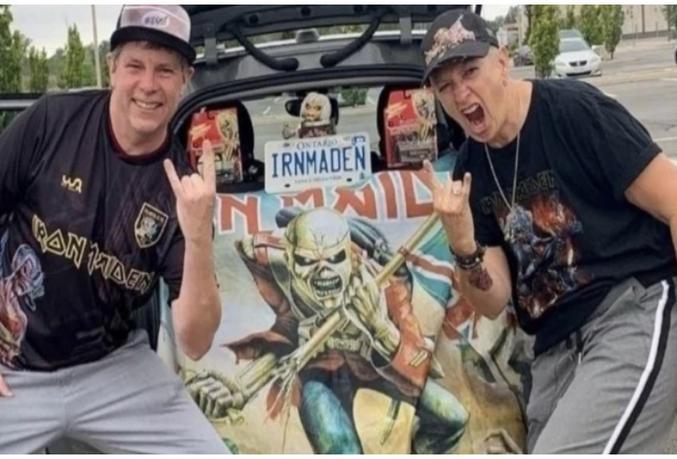 """Iron Maiden : Des parents d'élèves exigent le licenciement de la directrice du lycée pour avoir affiché son amour du Metal !  HaniBaal11 octobre 2021  Des parents d'élèves d'un lycée public canadien tentent de démettre la directrice de ses fonctions parce qu'elle a publié sur les réseaux sociaux des photos montrant son amour pour Iron Maiden.  Pour certaines personnes, le Heavy Metal est une œuvre de Satan, faites attention en (re)découvrant The Number Of The Beast de Iron Maiden, ci-dessous ! ????  La controverse découle de photos de Mme Sharon Burns, la directrice du lycée, faisant le geste mythique du Rock, les """"cornes du diable"""", ainsi qu'un panneau manuscrit représentant le chiffre 666. Les images ont été publiées sur un compte Instagram public utilisé à des fins éducatives.  Ces parents d'élèves ont déclaré : """"En tant que parents inquiets ayant des enfants impressionnables au lycée Eden à St. Catharines, en Ontario, nous sommes profondément troublés par l'affichage flagrant par la directrice de symboles sataniques et d'allégeance à des pratiques sataniques sur les réseaux sociaux où tous les élèves peuvent les voir"""".  """"L'école est basée sur l'inclusion, et afficher ouvertement des symboles sataniques (sur les réseaux sociaux) qui vont directement à l'encontre des principes de la grande majorité des familles qui représentent l'école, n'est pas inclusif. En tant que parents, nous demandons son transfert vers un autre lycée.""""  """"Cette pétition ne concerne pas l'amour de Sharon Burns pour Iron Maiden. Elle ne l'a jamais été. Cette pétition concerne une directrice qui affiche ouvertement son propre panneau fait à la main sur lequel figure clairement le chiffre 666. Elle sait très bien ce que ce symbole satanique signifie pour la grande majorité des familles de son lycée et elle l'a mis sur un compte professionnel et public @edenprincipal sur les réseaux sociaux, et non sur un compte privé, ce qu'elle aurait très bien pu faire.""""  """"Si elle n'avait pas posté une photo """