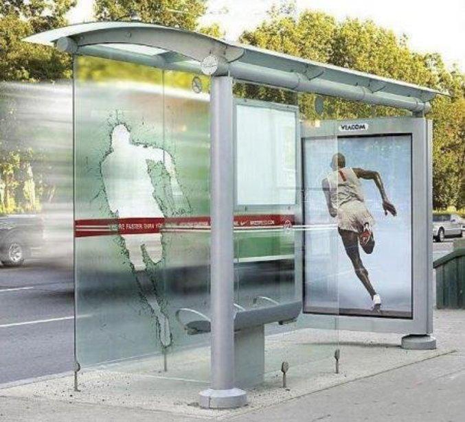 Une pub très réaliste qui laisse croire que le coureur a transpercé la vitre.