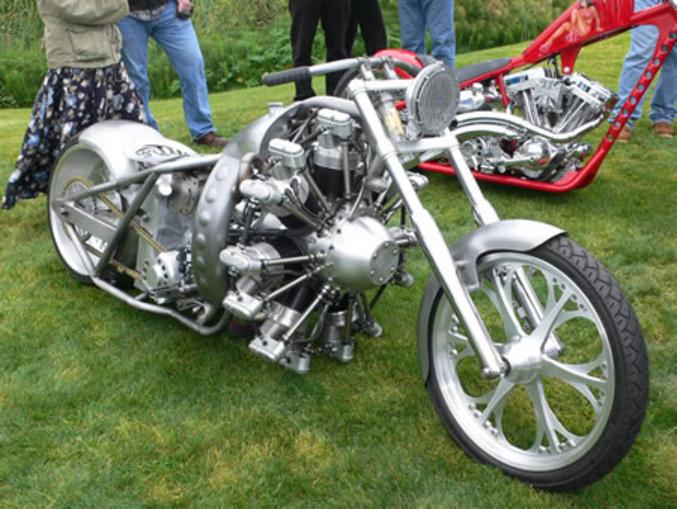 Une moto avec un moteur d'avion au look steampunk.