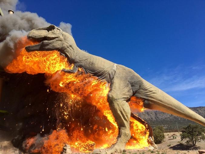 """""""Je déteste les animaux préhistoriques partouzeurs de droite, bordel ! C'est de la merde de mélanger comme ça partouze et politique, c'est mieux d'faire les choses dans l'ordre !""""  Un animatronique s'enflamme au Royal Gorge Dinosaur Experience à Cañon City dans le  Colorado. (Photo: Zach Reynolds/Royal Gorge Dinosaur Experience) une 'tite vidéo YT en bonus: www.youtube.com/watch?v=reAiyMAi0Aw"""