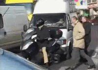 petit troll à un conducteur de scooter