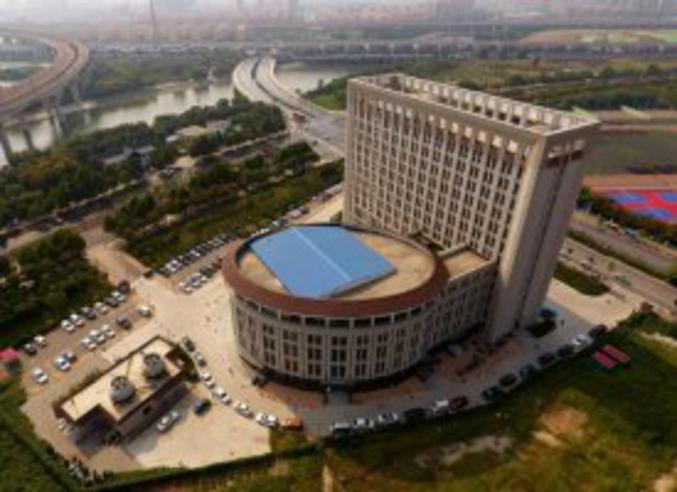 Chine: une fac en forme de WC géants   Vue aérienne de l'Université des Ressources en eau et d'hydro-électricité de Chine du Nord, à Zhengzhou dans la province du Henan, le 21 septembre 2017 ©STR, AFP