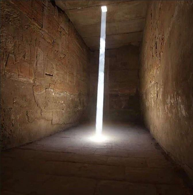 La lumière du soleil entrant dans le sanctuaire d'Amon-Rê - Temple du roi Ramsès III - Égypte