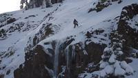 Sauter d'une falaise en ski