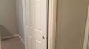 Kan Régis pose une porte d'intérieur...