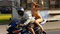 Nue sur sa moto, elle se fait verbaliser ...