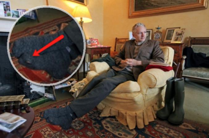 Julian Assange porte des chaussettes trouées.